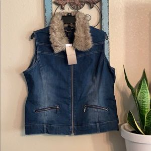 💋NWT Baccini jean vest with fur collar